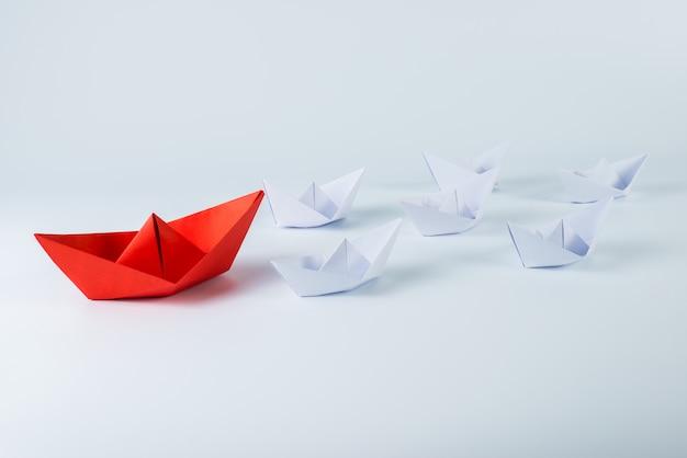 白の中で一流の赤い紙の船 Premium写真