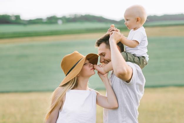 Молодая Семья Развлекается