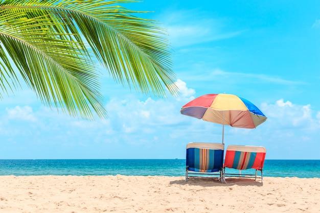 karon beach at phuket タイ 白い砂浜とビーチパラソル 夏 旅行
