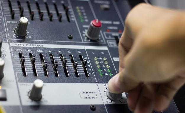 サウンドエンジニアハンドミックスミキサーインターフェイス Premium写真