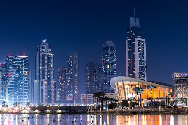 夜の驚くほど現代的な建物 無料写真