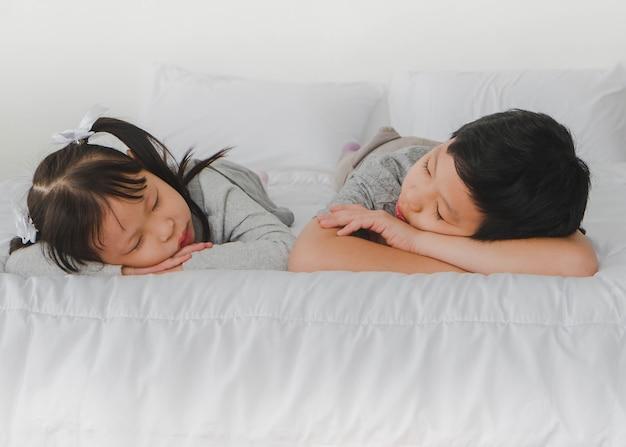 Брат трахнул сестру в анал спящую