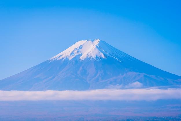秋のカエデの葉の木の周りの山富士の美しい風景 無料写真