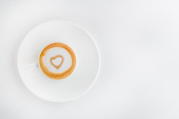 ラテアートのハートの中の香り高いコーヒー1杯 Premium写真