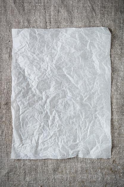 灰色の背景にしわくちゃの紙のシート。 Premium写真