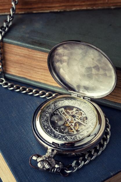 古いヴィンテージ時計、背景に対するメカニズム Premium写真