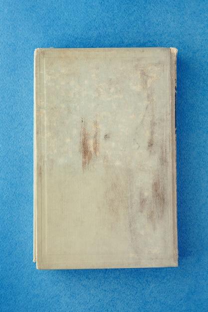 青い背景上の古い本。碑文の場所 Premium写真
