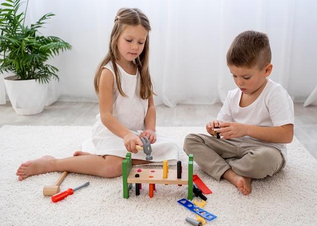 Bambini non binari che giocano con giochi colorati Foto Gratuite