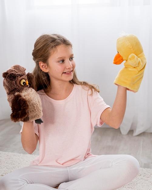 Bambino non binario che gioca in casa Foto Gratuite