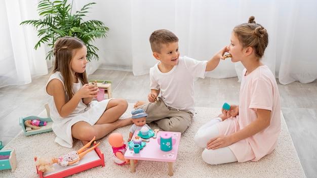 Bambini non binari che giocano a un gioco di compleanno Foto Gratuite