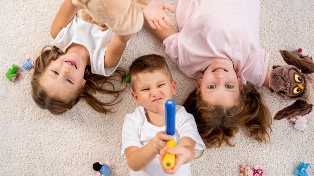 Bambini non binari che giocano in casa Foto Gratuite