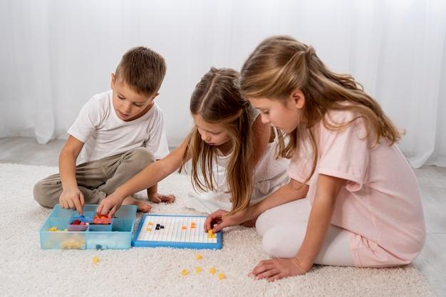 Bambini non binari che giocano Foto Gratuite
