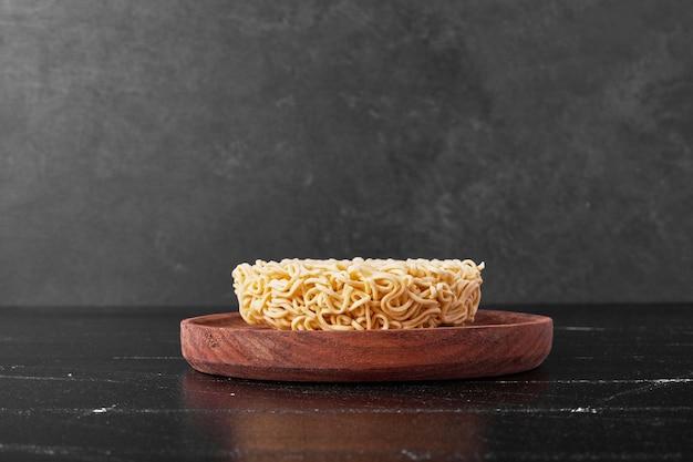 黒の表面に木の板で麺キューブ 無料写真