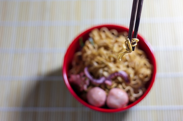 Noodles in a black bowl on the table Premium Photo