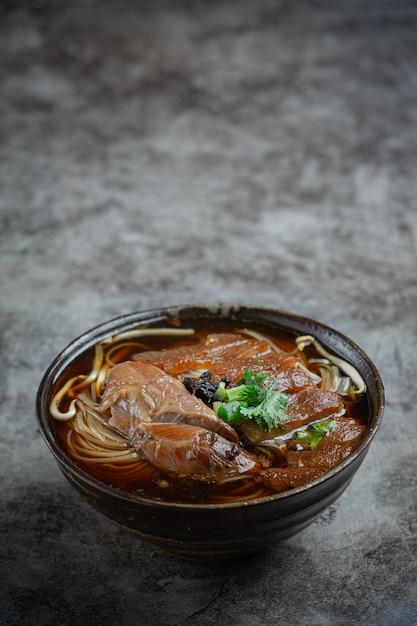 中華麺の麺豚肉の煮込み豚肉の煮込みおかず、タイ料理。 無料写真