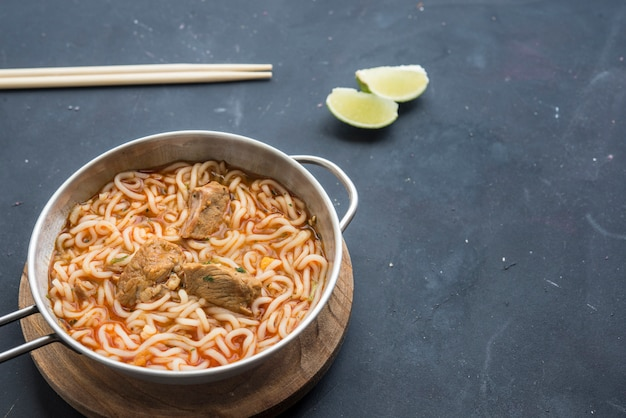 Noodles with chicken meat in bowl Premium Photo