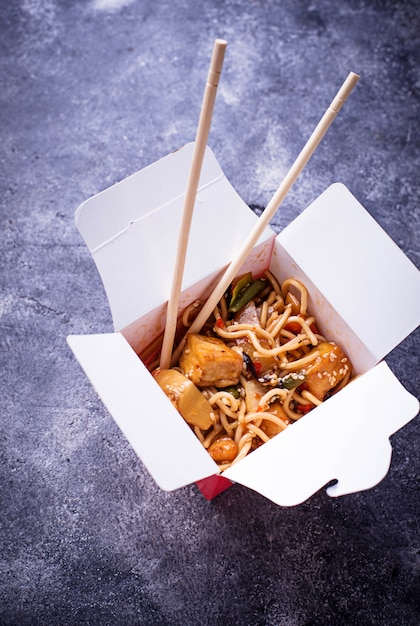 Noodles with chicken, tofu and vegetable Premium Photo