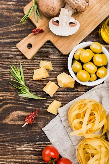 Tagliatelle con olive e verdure sul tavolo Foto Gratuite