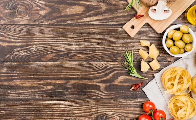 Tagliatelle con olive e verdure Foto Gratuite