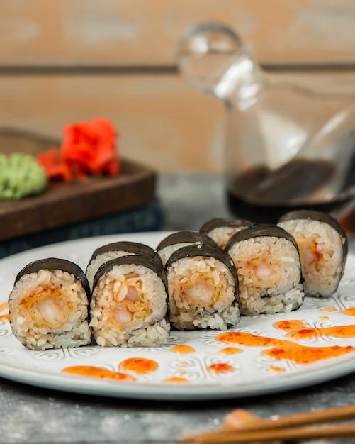 Суши роллы нори с креветками, украшенные сладким соусом чили Бесплатные Фотографии