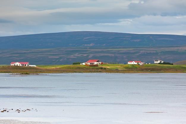 コテージのある北アイスランド海岸の風景 Premium写真