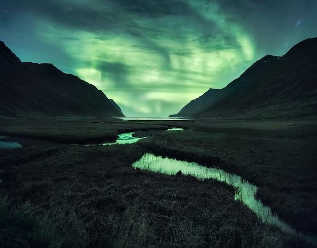산 아래 북부 조명입니다. 아이슬란드의 아름다운 자연 풍경입니다. 프리미엄 사진
