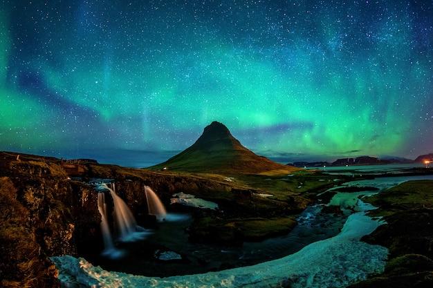 Северное сияние, северное сияние в киркьюфелле в исландии. горы киркьюфелл зимой. Бесплатные Фотографии