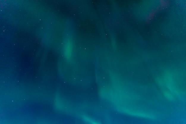 아이슬란드 남부의 하늘에 오로라 프리미엄 사진