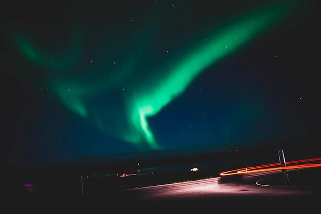 아이슬란드에서 밤에 오로라입니다. 프리미엄 사진