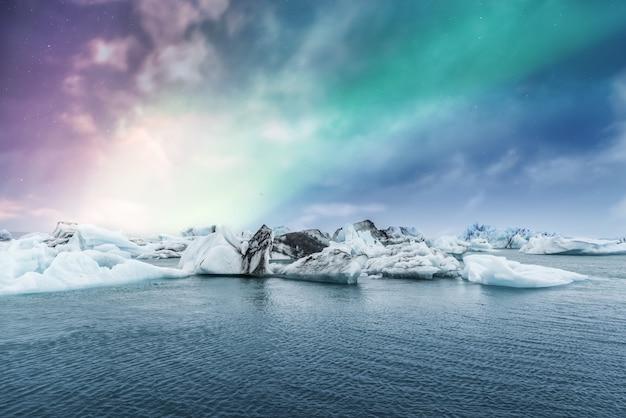 아이슬란드의 Jokulsarlon 빙하 얼음 석호에 오로라 프리미엄 사진