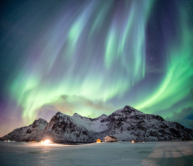 겨울에 산에 오로라 프리미엄 사진