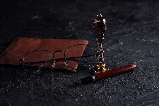 公証人の公開ツール。スタンプ、ペン、封筒と法の概念 Premium写真