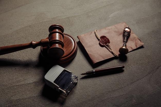 公証人の印章、木製のガベル、テーブルの上の公証された文書。合法性の概念。 Premium写真