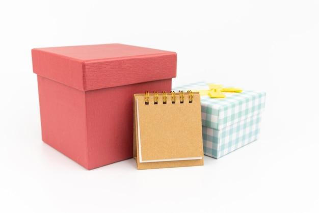 메모 용지 또는 흰색 바탕에 두 개의 선물 상자 달력. 선물 개념. 프리미엄 사진