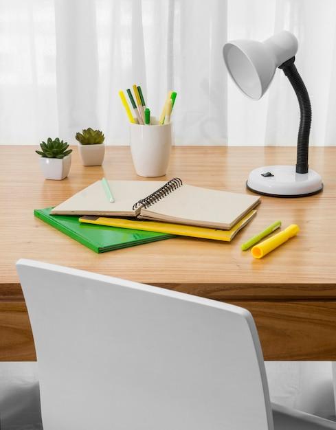 ノートと机の上のランプ 無料写真