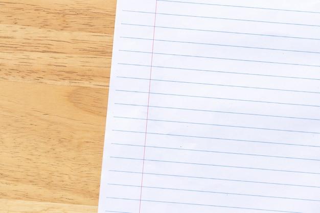 Бумага для заметок на деревянном фоне Premium Фотографии