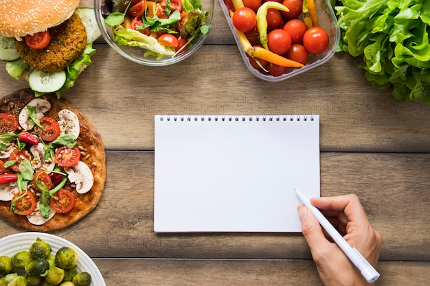 Notebook mock-up next to delicious vegan dishes Free Photo