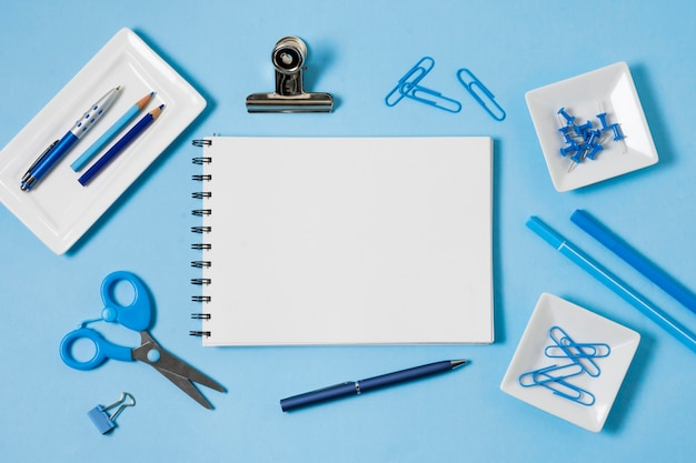 Disposizione notebook e graffette Foto Gratuite