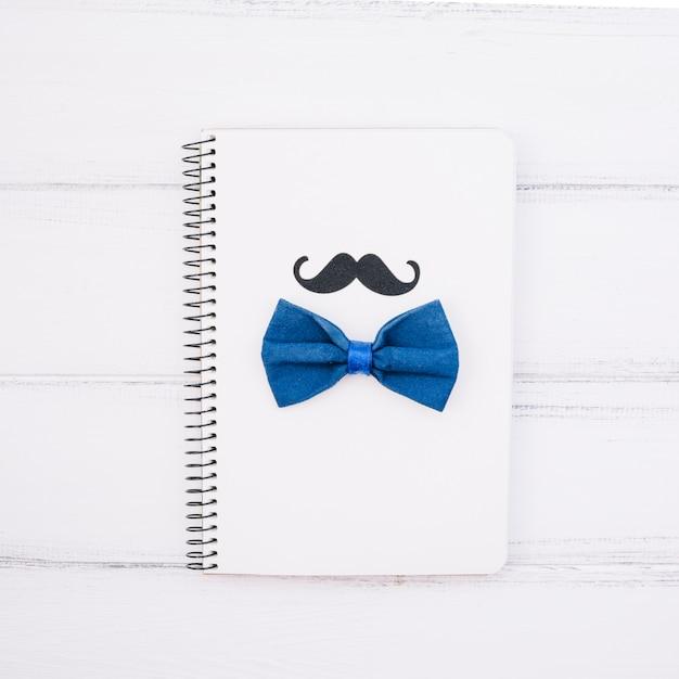 Notebook con baffi decorativi e papillon Foto Gratuite
