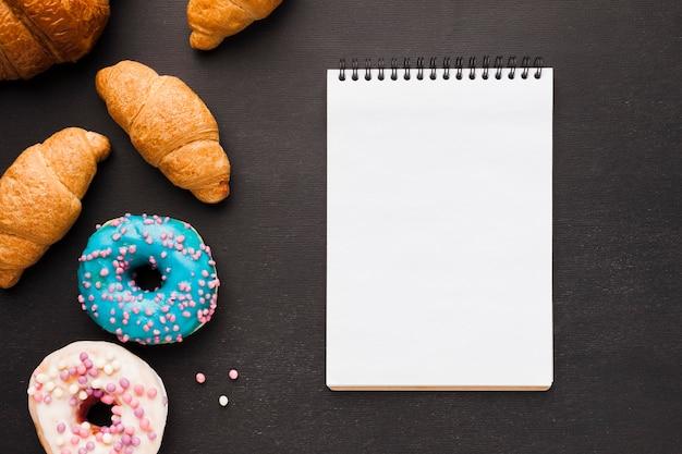 Блокнот с пончиками и круассаном Бесплатные Фотографии