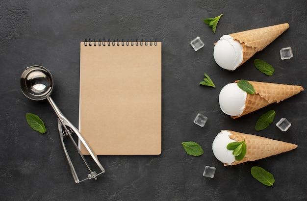Taccuino con il gelato sui coni con i cubetti di ghiaccio Foto Gratuite