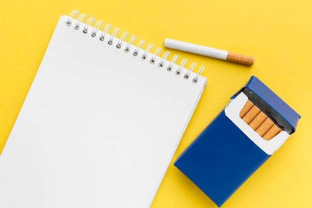 タバコのパックのノート 無料写真