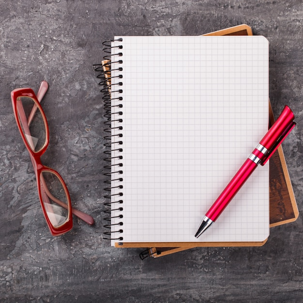 Notebook with pen and glasses Premium Photo