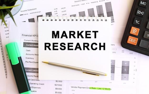 Блокнот с текстом исследования рынка на белом фоне. бизнес-концепция. Premium Фотографии