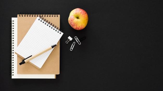 Блокноты и концепция дня учителя apple Premium Фотографии