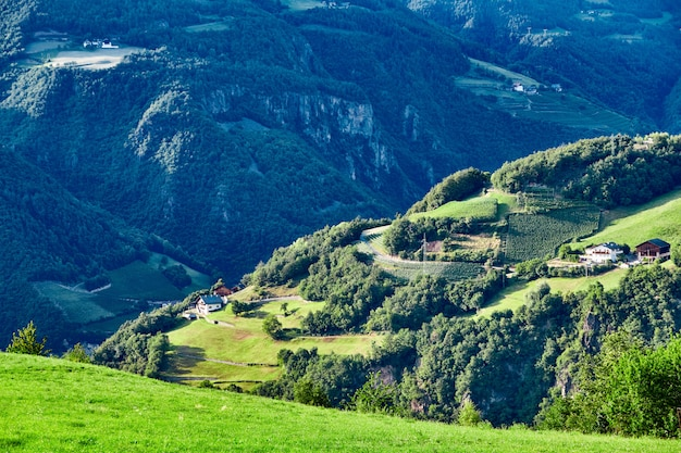 Деревня нова леванте с горами Premium Фотографии