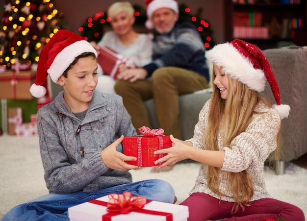 今度は贈り物を交換する番です 無料写真