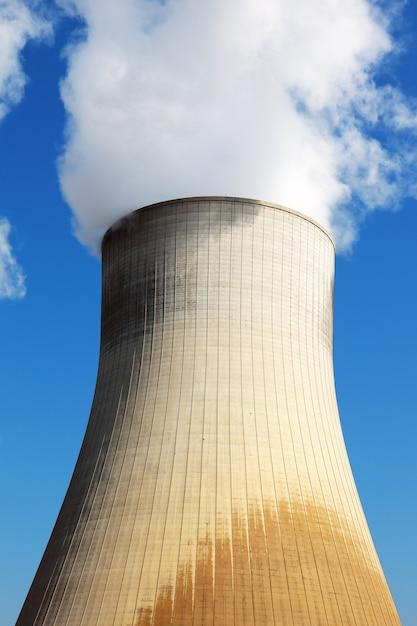 Градирня атомной электростанции в голубом небе Бесплатные Фотографии