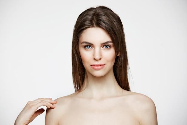 自然な裸の若い美しい女性が笑顔を占めています。美容とスパ。フェイシャルトリートメント。 無料写真