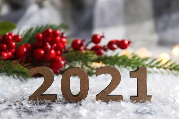 クリスマスツリーと赤い果実とお祝いのぼやけた背景に対する数字 Premium写真